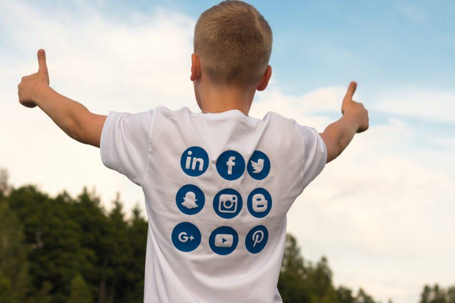 BIMBI E SOCIAL: riflessioni sulla discussa sovraesposizione fotografica dei figli sui social network